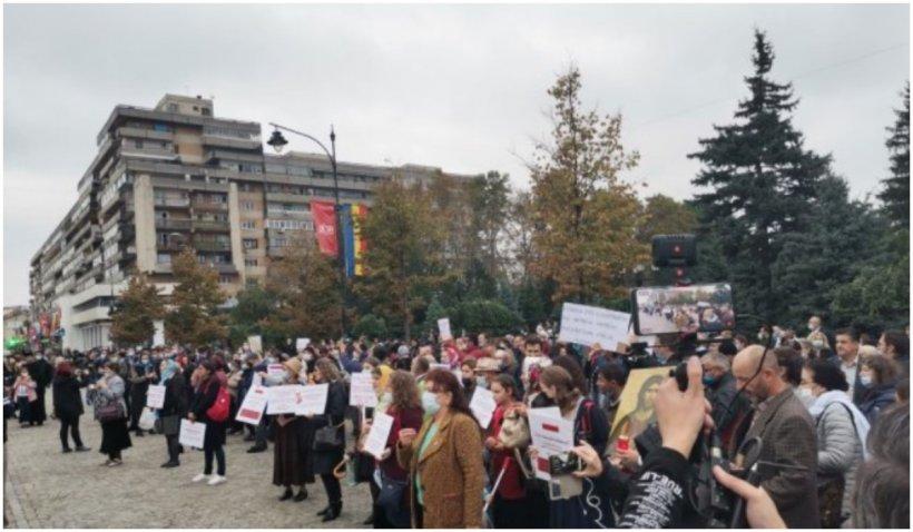 Revoltă la Iaşi: Sute de credincioşi protestează faţă de interdicţia pelerinajului la Sfânta Parascheva