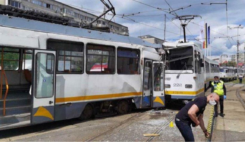 Două tramvaie care circulau pe același sens s-au ciocnit în București