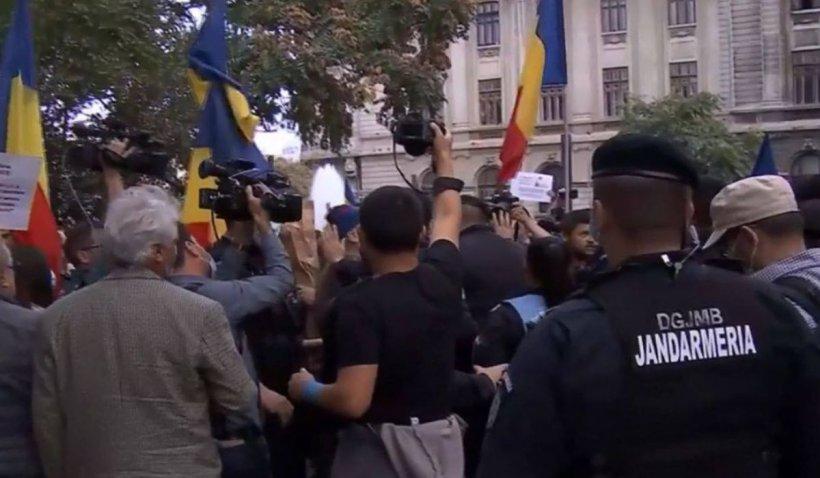 Scandal la protestul anti-restricții din Piața Universității. Protestatarii s-au îmbrâncit cu jandarmii