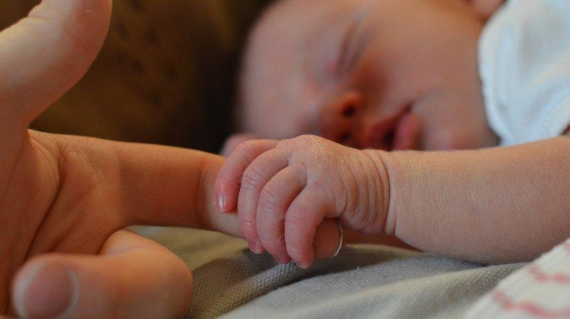 Un copil de cinci săptămâni, fiul unui politician, cel mai tânăr caz activ cu coronavirus din România