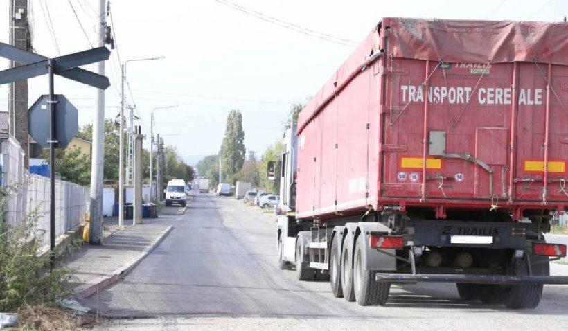 O stradă din Cârcea a fost asfaltată pe un singur sens, pentru că cealaltă bandă aparţine de Craiova