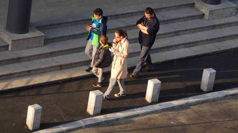 Ce spun bucureștenii despre faptul că trebuie să poarte masca de protecție și pe stradă