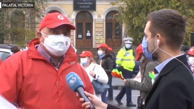 """Angajaţii de la Serviciile de Ambulanţă protestează în Piaţa Victoriei. """"Suntem epuizaţi, suntem obosiţi, suntem în urmă cu veniturile"""""""
