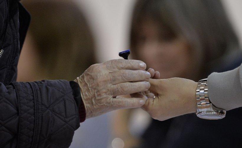 Un oraş din România organizează, în premieră, un referendum pe tema măsurilor anti-Covid-19 în paralel cu alegerile parlamentare