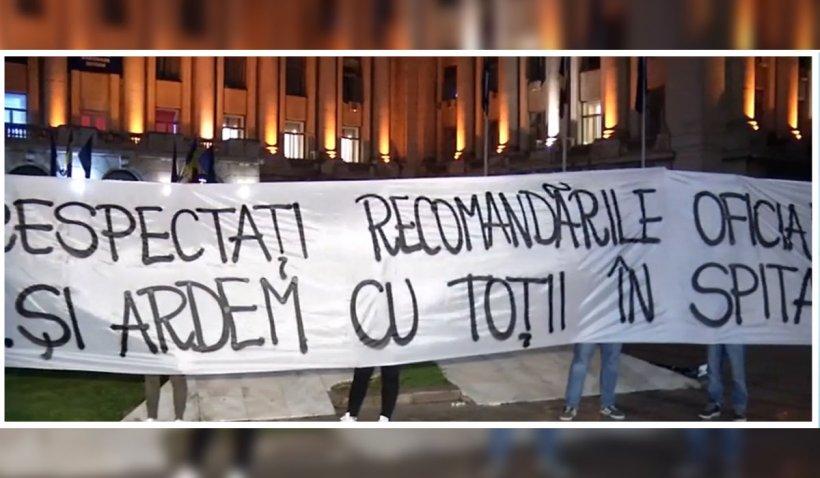 """Protest fulger în faţa sediului M.A.I, după incendiul din secția ATI COVID Piatra-Neamț: """"Ăsta este Guvernul? Ăsta este sistemul nostru politic?"""""""