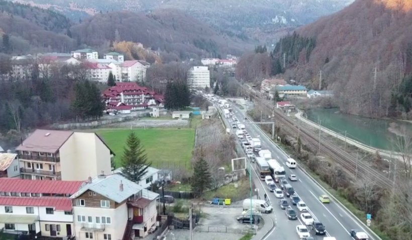 Cozi de mașini pe kilometri întregi, la munte, chiar înaintea minivacanței de 1 Decembrie