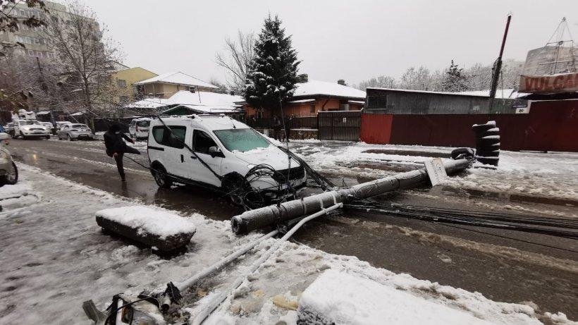 Incident în Capitală! Un stâlp de electricitate s-a prăbușit pe o stradă din cartierul Fundeni