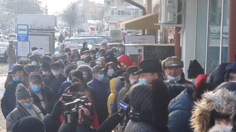 Buluc la plata taxelor din Botoșani, deşi oamenii pot achita şi online: ''Suntem români, ne iubim. Ăsta e sistemul!''