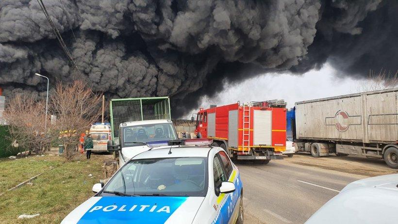 Incendiu de proporții la un depozit din Buzău. Flăcările s-au extins pe o suprafață de peste 500 de metri