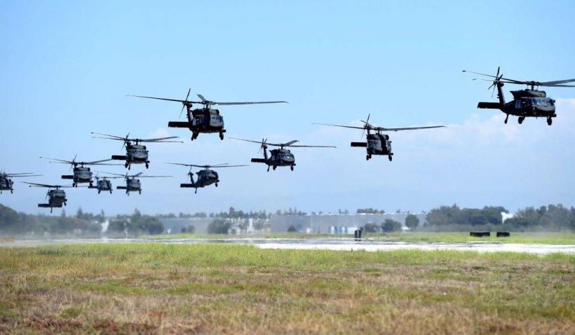 """Zeci de elicoptere americane Black Hawk ajung în România: """"Este posibil ca localnicii să vadă o formaţie amplă de elicoptere"""""""