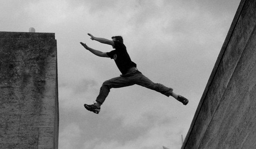 Un tânăr care făcea parkour a căzut în gol de pe terasa unui hotel din Baia Mare
