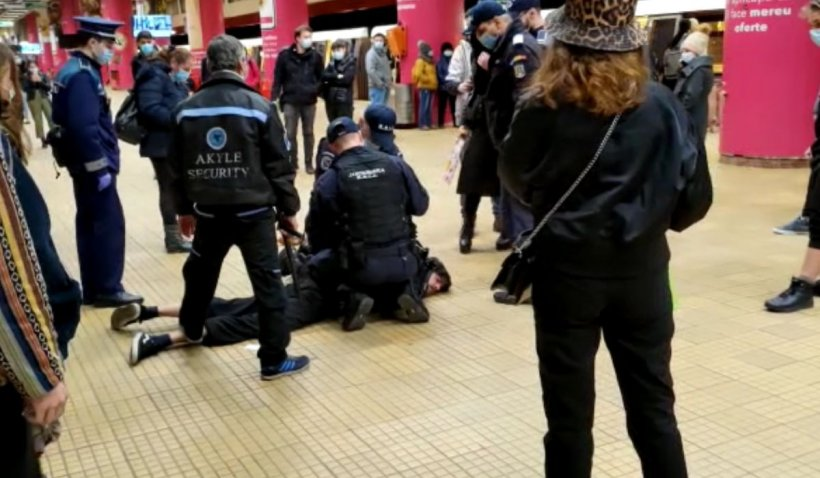 Scandal în staţia de metrou Unirii, după ce un tânăr a refuzat să îşi pună masca şi a sărit la bătaie