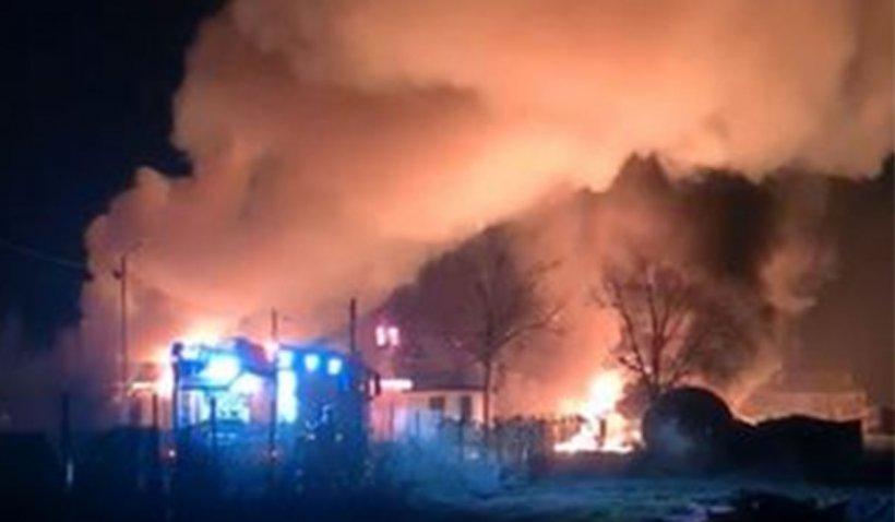 Incendiu violent la o fabrică de produse din țiței din Prahova. Două persoane au arsuri grave, mai multe mașini au luat foc