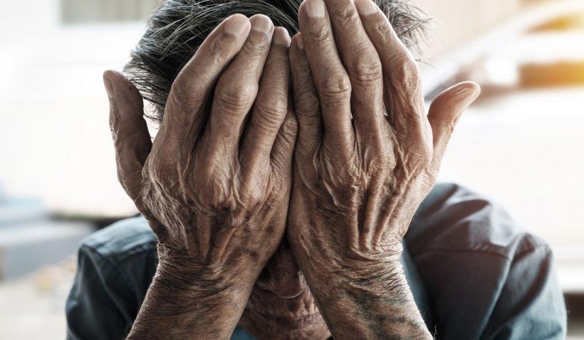 Poștașul nu va mai aduce pensiile la ușă! Bunicii, obligați să scoată bani de la bancomat
