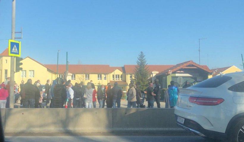 Ameninţare cu bombă la Şcoala Americană din Bucureşti. Copiii au ieșit din clădire acoperiți cu folii de supraviețuire