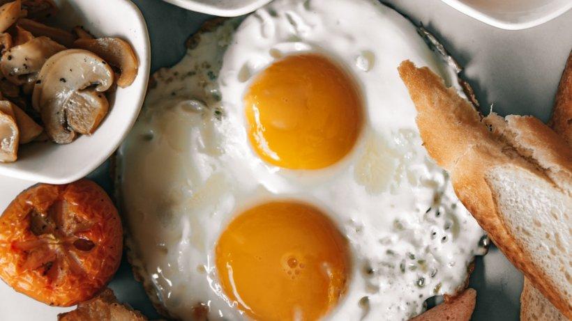 Cât de mult colesterol este într-un ou și cât contează de fapt dieta când avem colesterolul crescut