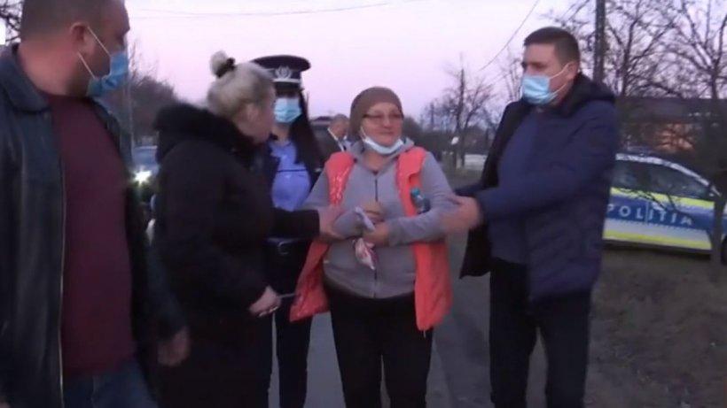 Imagini cu soția încătușată a criminalului din Onești. Fiica: ''Te poți duce așa în casă, mamă? Vrei să moară mamaia?''