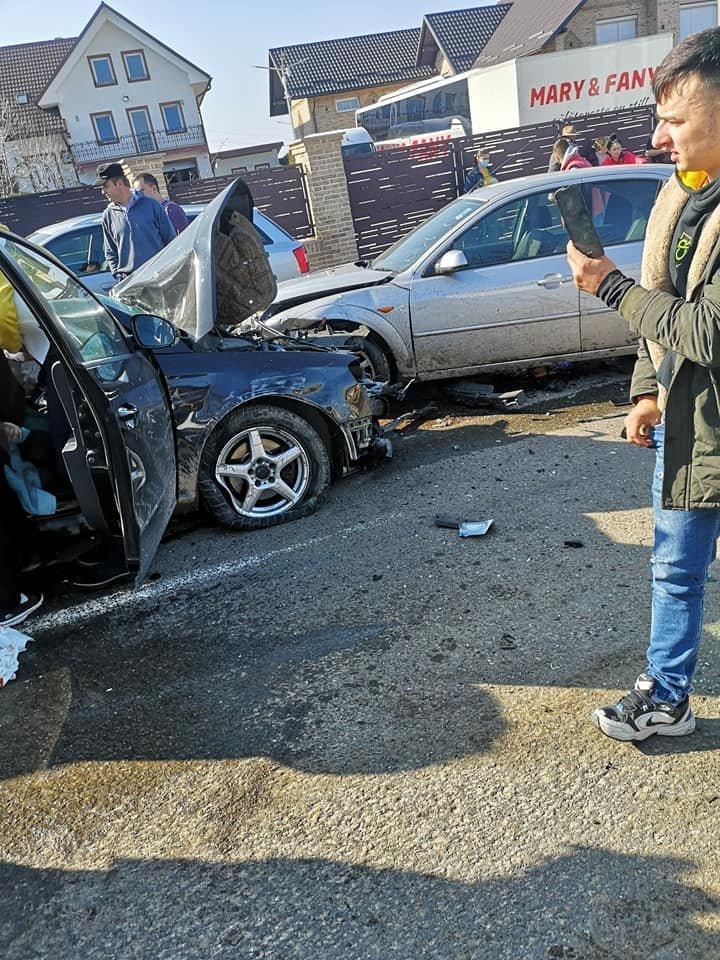 Accident cumplit între un microbuz școlar plin de copii și două mașini. A fost activat planul roșu de intervenție 152