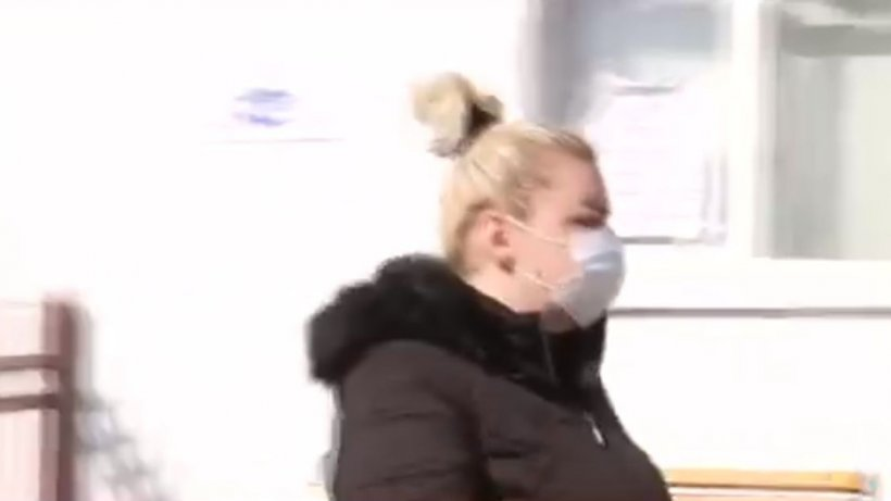 """Fiica ucigașului de la Onești, criză de nervi în fața spitalului. """"Lăsați-mă!"""""""