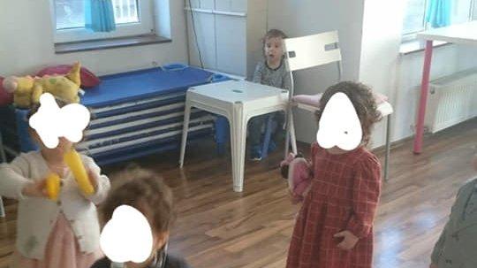 """Băiețel de 2 ani ținut departe de ceilalţi copii, în timpul programului de grădiniţă. Educatoare: """"Nu am avut de ales!"""""""