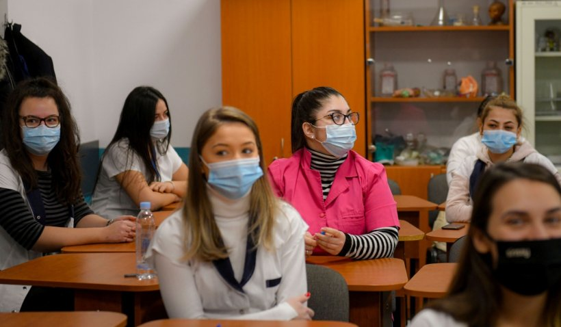 Ce spun elevii despre reintrarea școlilor din București în scenariul roșu