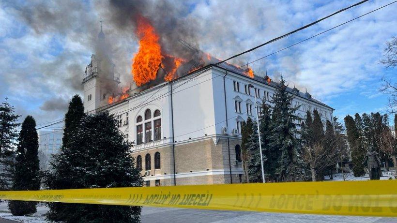 Incendiu puternic la Prefectura Suceava! Pompierii intervin cu 18 mașini de stingere