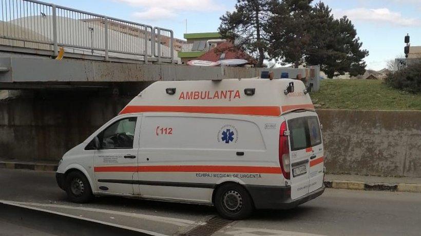 O ambulanţă a rămas blocată sub un pasaj rutier din Vâlcea