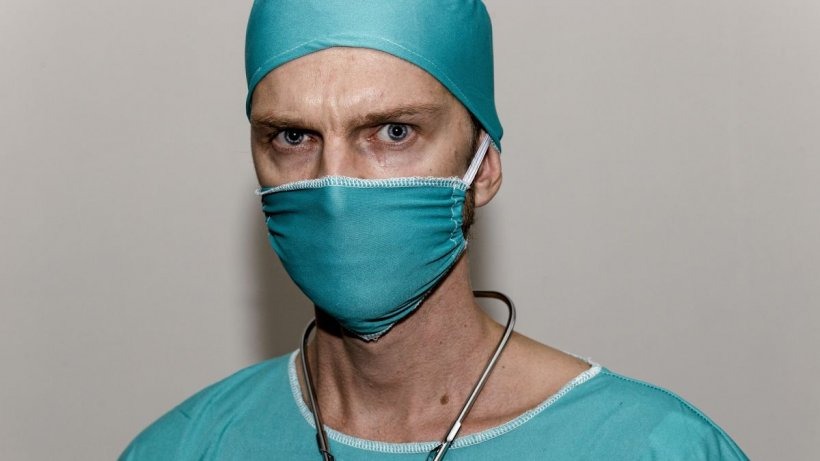 """Un medic spune adevărul despre secțiile ATI: """"Oamenii sunt legați de mâini de picioare când nu mai pot respira!"""""""