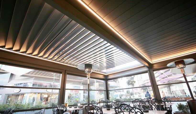 Cum poți avea o terasă de iarnă completă? Despre pergole retractabile și pereți din sticlă culisantă