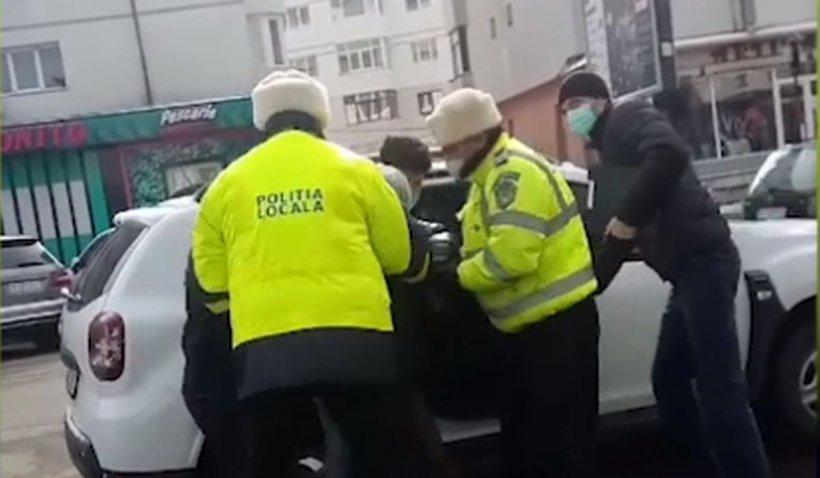 O femeie băgată cu forța în mașina Poliției Locale, în Suceava, îi imploră pe cetățeni să o salveze. Urletele ei i-au impresionat pe martori