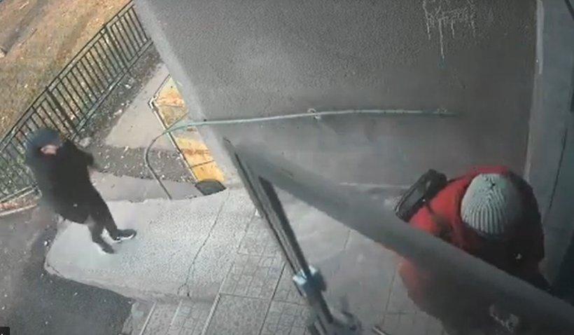 Momentul în care o pensionară este atacată într-un bloc din Bucureşti. S-a acţionat premeditat şi în grup