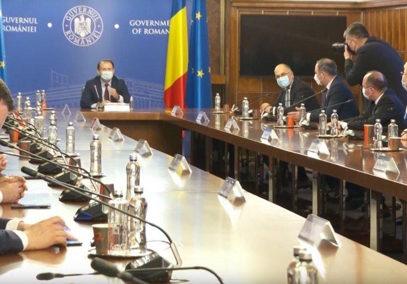 Susținătorul fanatic al restricțiilor, pe cale să zboare din Guvern. Vlad Voiculescu are zilele numărate în Minister