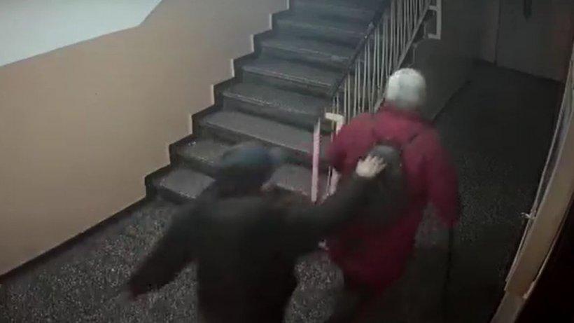 VIDEO: Bătrână tâlhărită în scara unui bloc din Capitală