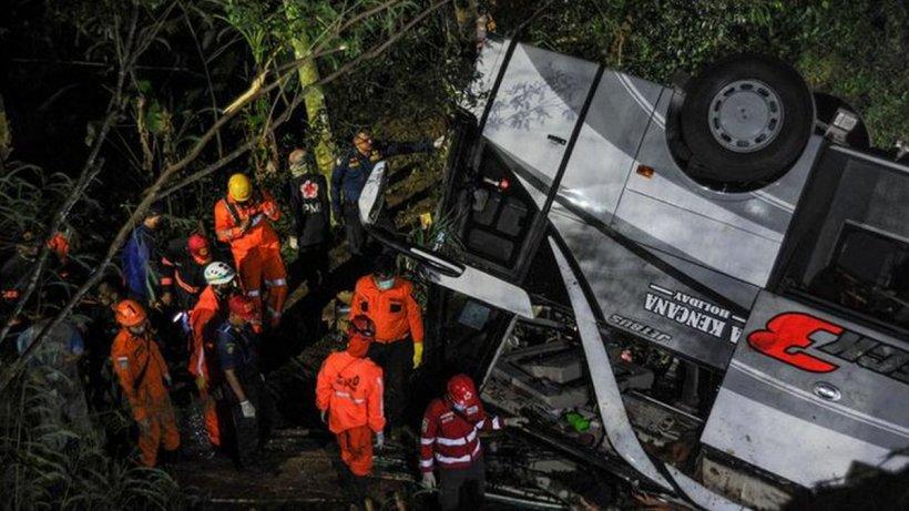 Accident rutier cu 27 de morți și zeci de răniți. Un autocar cu 66 de elevi și părinți s-a răsturnat într-o râpă, în Indonezia