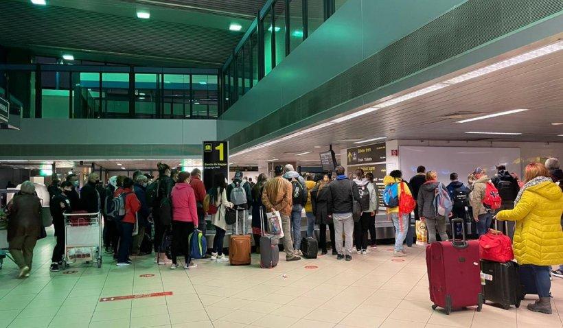 Cozi de zeci de persoane pe Otopeni. Oficialii aeroportului au deschis doar o bandă de bagaje unde s-a îngrămădit toată lumea