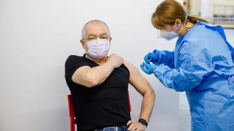 """Emil Boc, vaccinat cu serul suspect de la AstraZeneca: """"Chiar cu ăla m-am vaccinat!"""""""