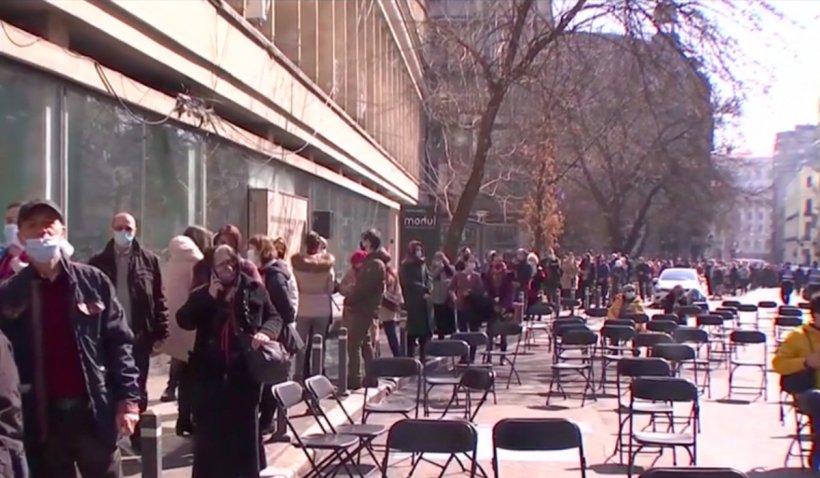 Înghesuială la icoana făcătoare de minuni din centrul Capitalei: Sute de credincioși au stat la coadă în curtea bisericii și pe stradă