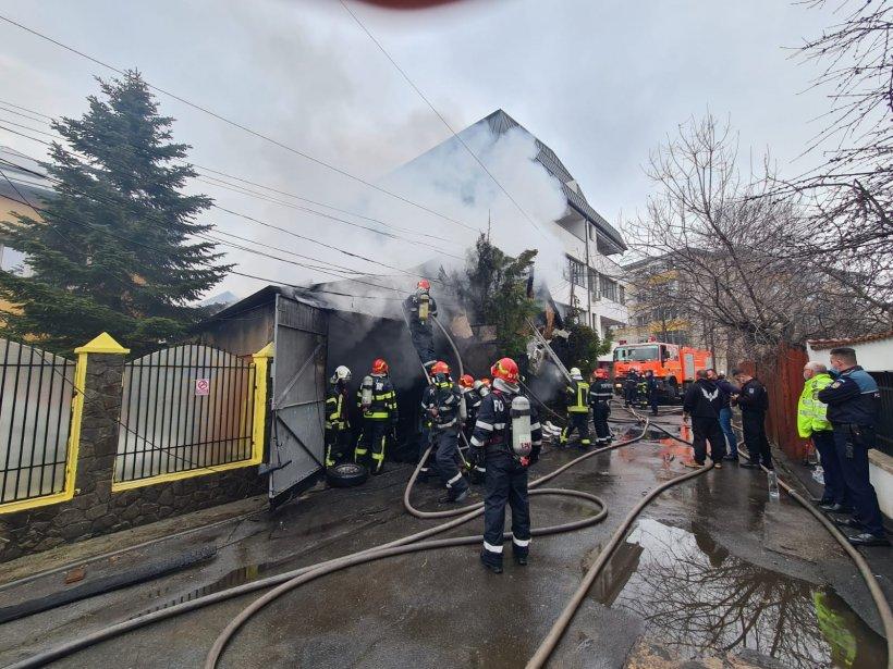 Incendiu puternic la un garaj plin de cauciucuri din București. Se intervine cu 7 autospeciale. Nor imens de fum!