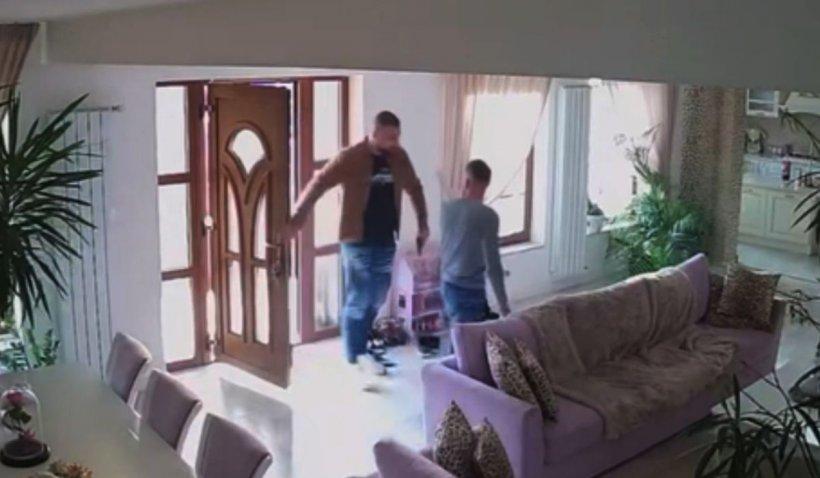 Tânăr din Sânmartin, ameninţat cu pistolul şi bătut de un bodyguard în propria casă | VIDEO