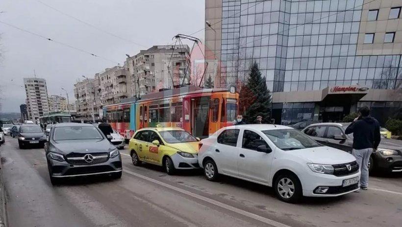 Accident cu șase autoturisme și un tramvai, la Iași