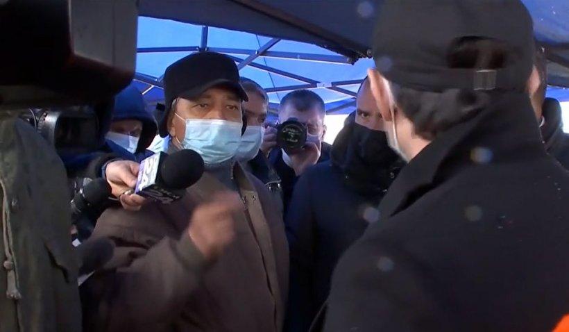 Florin Cîţu a rămas fără cuvinte în faţa unui cetăţean din Dolj. Un bărbat din anturajul prim-ministrului a salvat situaţia   VIDEO