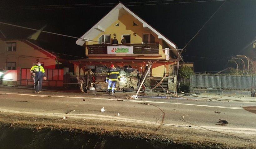 Un șofer de 22 ani a murit la Berbești după ce a intrat cu mașina într-un autoturism parcat și a riscoșat într-un stâlp electric pe care l-a rupt | VIDEO