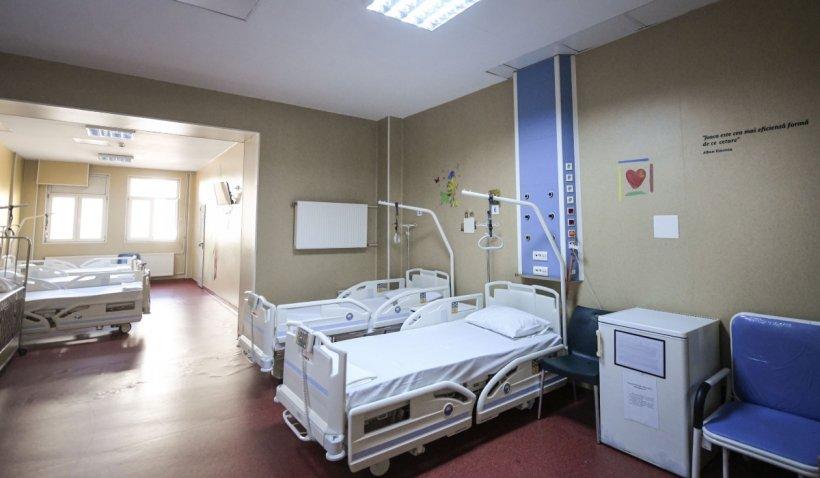 """Imagini din unitatea modulară COVID construită la Iaşi: """"Chestia poate fi numită oricum, numai spital nu. Plouă şi e frig""""   VIDEO"""