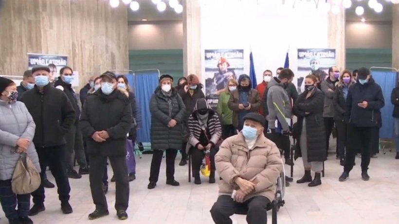 60 de bucureşteni, la coadă la centrul de vaccinare de la Palatul Copiilor pentru 10 doze de Pfizer