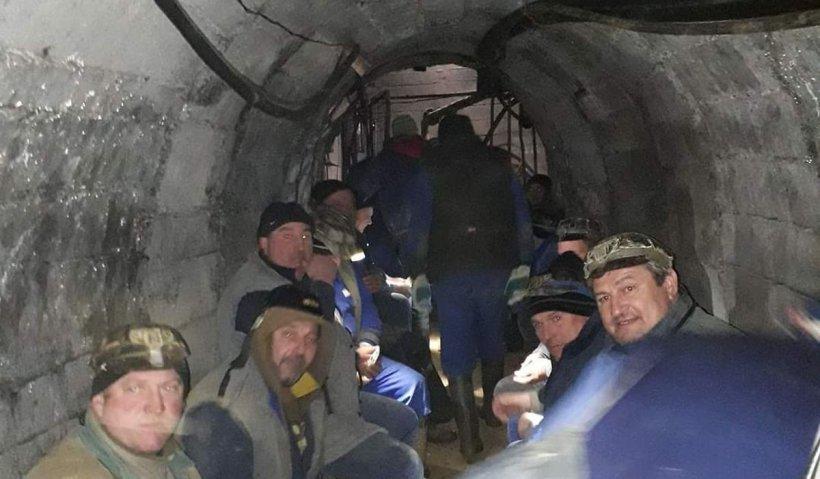 160 de mineri s-au blocat în subteran, la mina de uraniu Crucea şi ameninţă că intră în greva foamei