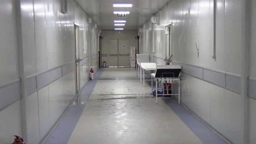 Reportaj din interiorul Spitalului Modular de la Leţcani. În saloane plouă şi sunt doar 14 grade