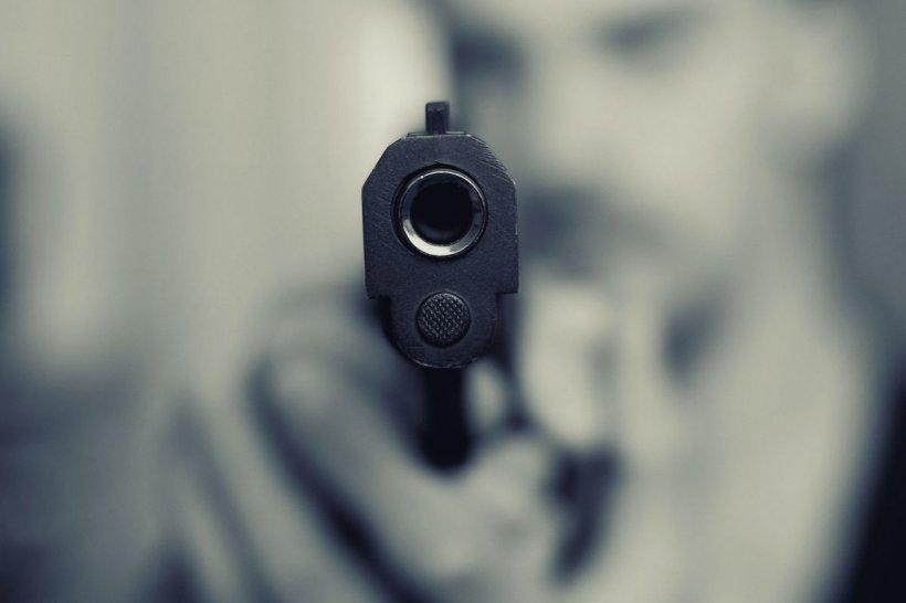 Un elev din Cisnădie a scos pistolul în clasă și a amenințat o fată, în fața profesorului și a colegilor