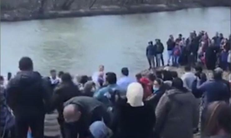 Botez penticostal cu 200 de participanți, pe malul râului, în Maramureș. Oamenii au sfidat carantina - VIDEO