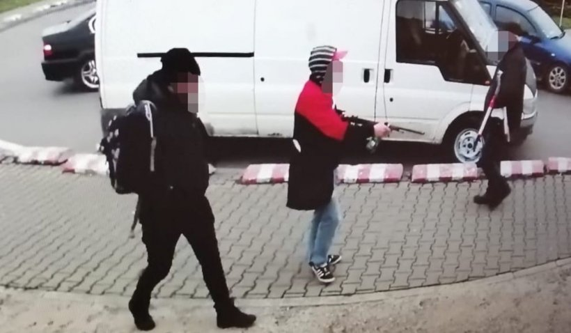 Tânăr înarmat cu o puşcă, prins când ameninţa oamenii pe stradă, în Bucureşti | VIDEO