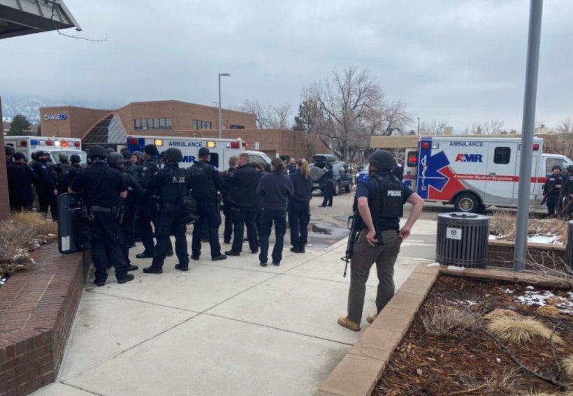 Un bărbat înarmat cu un pistol a intrat într-un supermarket din Colorado și a ucis zece oameni